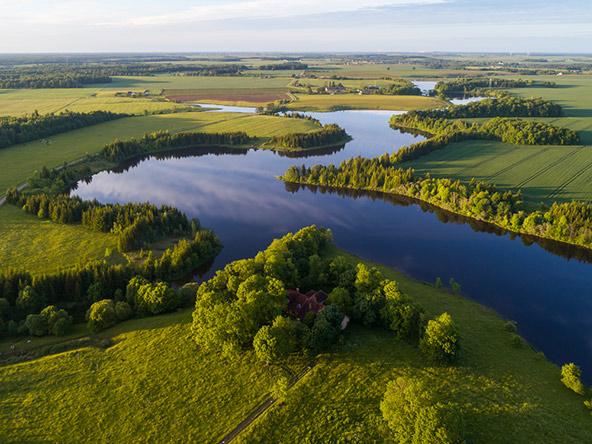 נוף טיפוסי בליטא: ארץ מישורית, ירוקה מאוד, עם הרבה מים