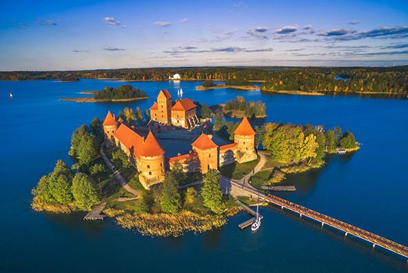 הטירה בטרקאי ניצבת על אי קטן באגם וגשר עץ צר מוביל אליה מהעיר