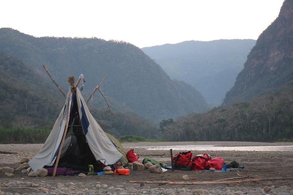 חניון לילה על גדת הנהר, במהלך שייט של שישה ימים. גם היום זה אפשרי