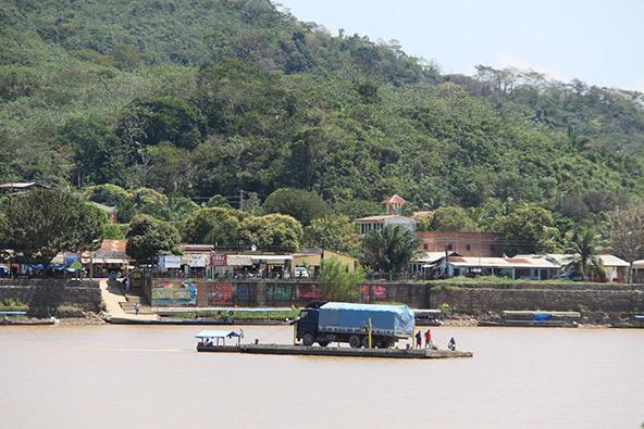 הנהר שוקק חיים, הכל מתרחש על גבי סירות, רפסודות ומעבורות