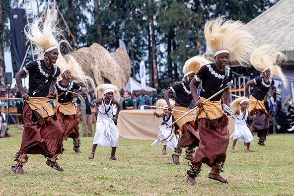 ריקודים מסורתיים בפסטיבל Kwita Izina, חגיגות שנתיות לציון הצלחת שימור הגורילות