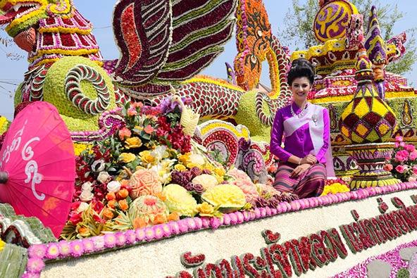 במה מקושטת להפליא בפסטיבל הפרחים של צ'אנג מאי