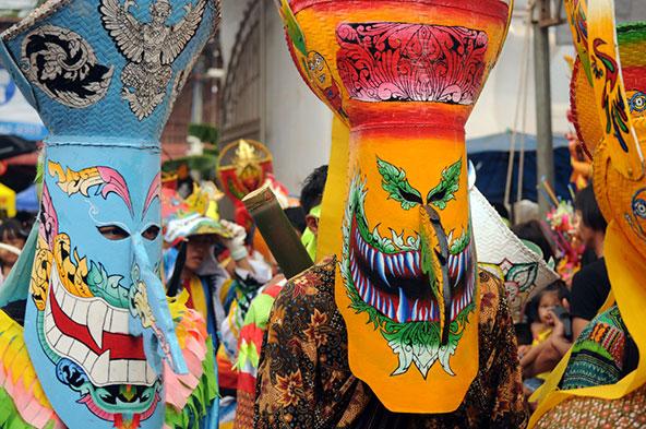 צחוק מהול בפחד: מסכות מוזרות בפסטיבל השדים