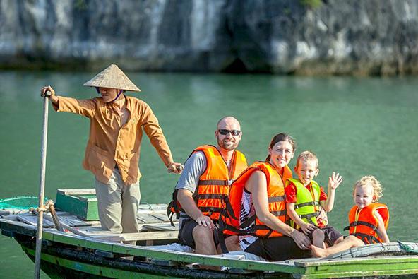 שייט בסירת דיג מסורתית במפרץ האלונג