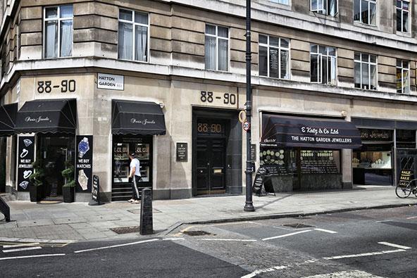 """מרכז הכספות של האטון גרדן (בבניין מספר 88 - 90. כאן שדדו חבורת קשישים תכשיטים במילוני ליש""""ט"""
