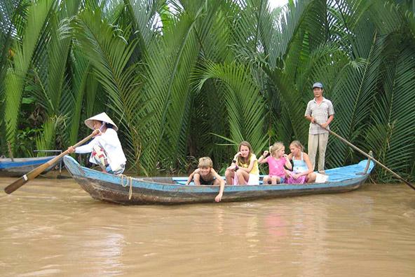 שייט בסירת עץ בדלתת המקונג