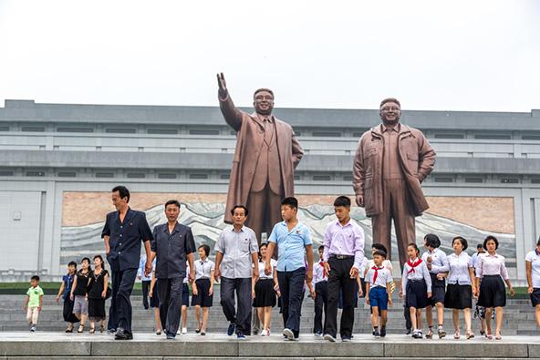 פסלי ברונזה ענקיים של קים איל סונג, המכונה אבי האומה, ובנו קים ג'ונג איל, השליט העליון