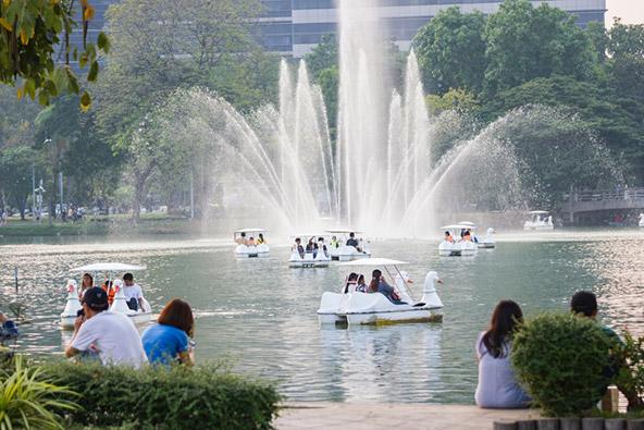 סירות פדלים באגם בפארק לומפיני