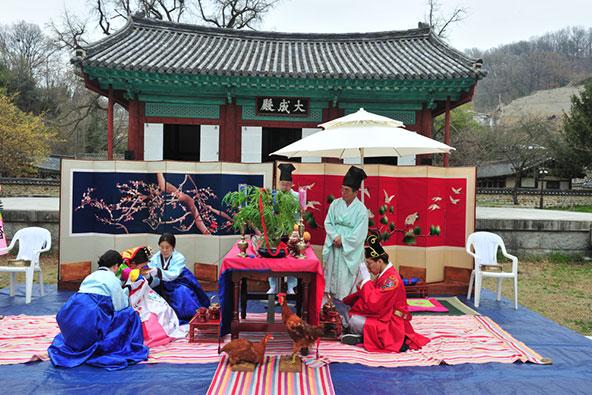 חתונה מסורתית בדרום קוריאה. למרות המודרניות והפתיחות למערב ניתן להיווכח בדרום קוריאה בזיקה לערכים קדומים ולמסורת