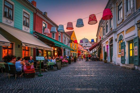 מדרחוב בעיירת האמנים סנטאנדרה | צילום: Milan Gonda Shutterstock.com