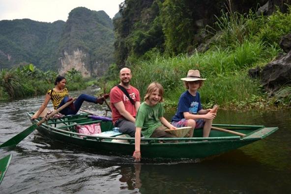 שייט בסירה קטנה (שימו לב לחתירה בעזרת הרגלים!) בטאם קוק