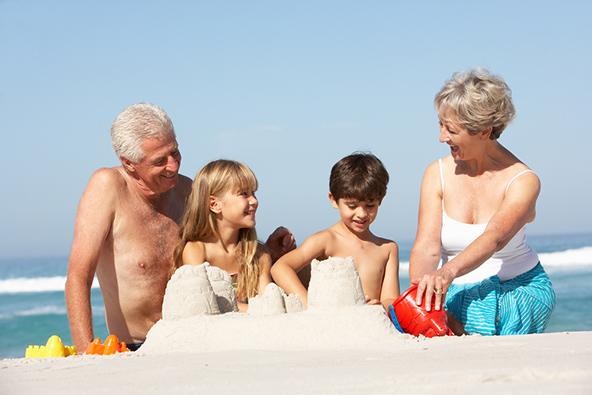 בילוי עם הנכדים בחוף ים קסום, אחד התענוגות הגדולים שתאילנד מציעה