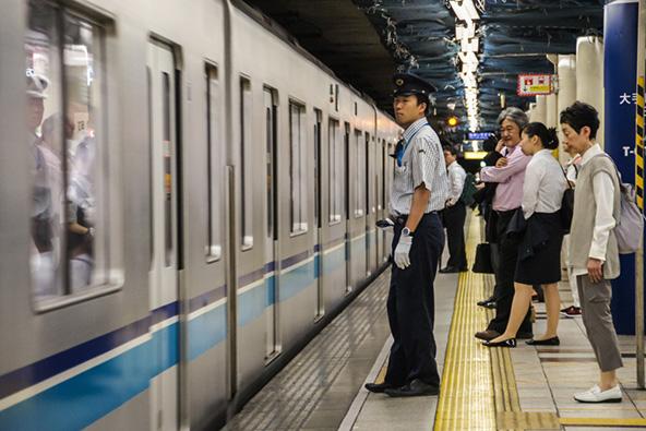 התחבורה הציבורית בטוקיו מהירה ויעילה, ועם זאת כדאי לצאת לפגישה העסקים מספיק זמן מראש כדי לא לאחר