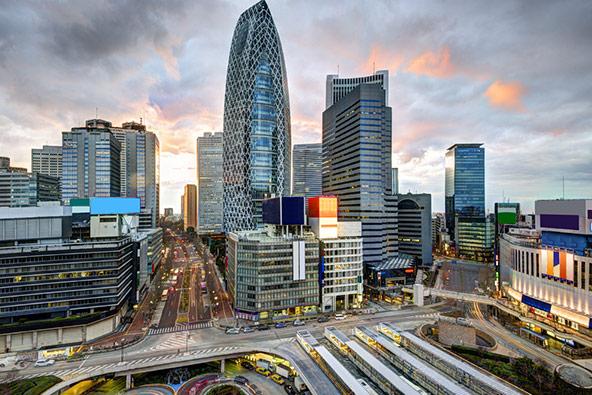 בגורדי השחקים של טוקיו פועלים משרדים של כמעט כל חברות הפורצ'ן 500