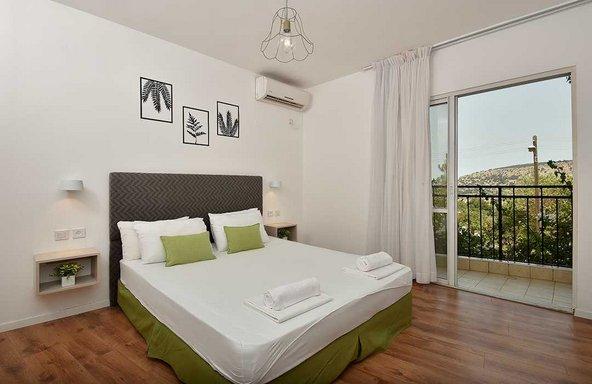 החדרים במלון מטיילים אילון נעימים ומשקיפים לנוף