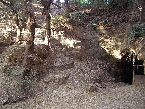 הכניסה למערת פער