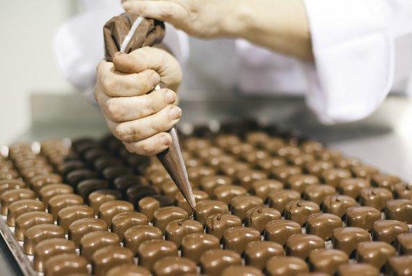 קישוט פרלינים במפעל השוקולד דה קרינה | צילום: עדי פרץ