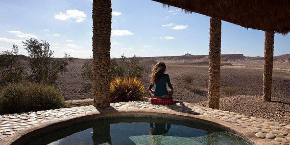 ארץ ערבה. בריכת טבילה מול הנוף המדברי