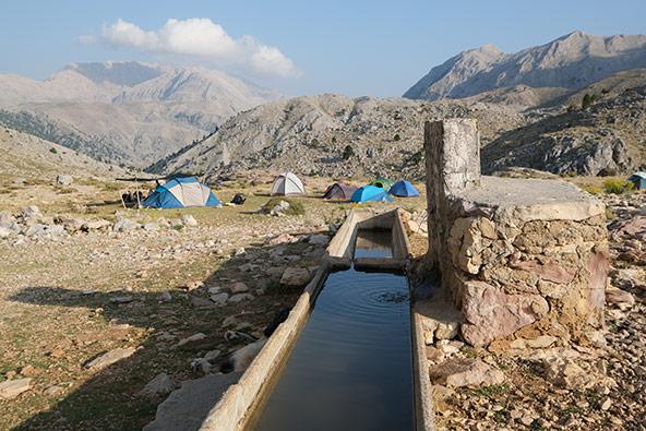 שטח חשוף, לצד מעין צנוע בלב הרי הטאורוס, הוא המקום שנקבע להקמת מחנה המשלחת