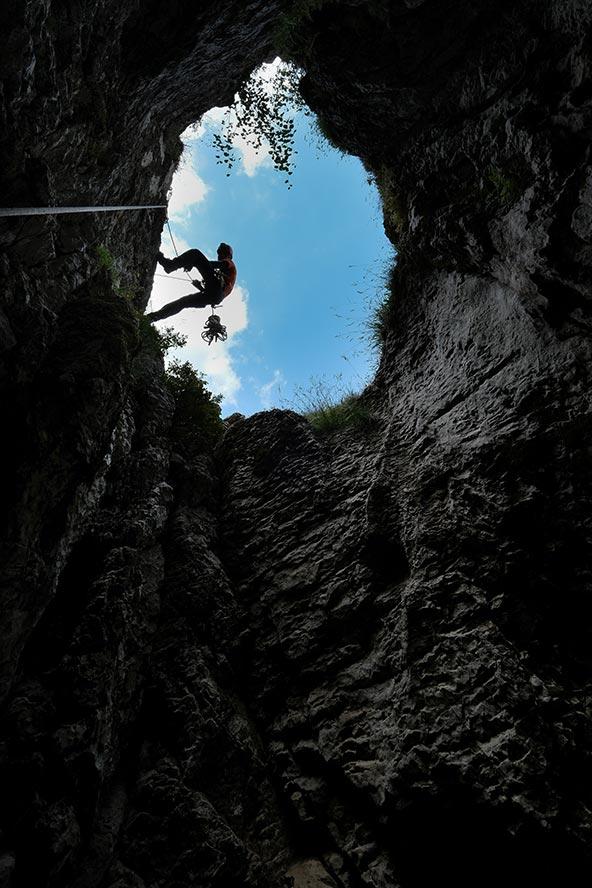 ירידה למערה אנכית שהתגלתה במהלך הסקר. בפני השטח יכול להיות יום שמשי עם טמפרטורה של 25 מעלות בעוד שבפנים המערה הטמפרטורה קרובה לאפס