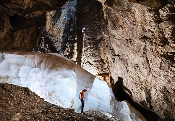 קרחון בקרקעית פיר הכניסה למערה. קרחונים שכאלו נפוצים במערות האנכיות שברום הרי הטאורוס. שלג שחודר דרך פתח המערה במהלך החורף בונה את הקרחון, המתמוסס לאיטו במהלך הקיץ. שמירת הקרח מתאפשרת בזכות האוויר הקר הנכלא במערה