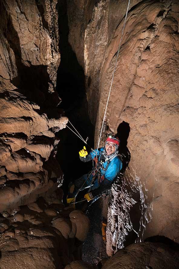 התנועה במערות האלפיניות של גובה ההרים היא בעיקר בירידה וטיפוס אנכי על גבי חבלים