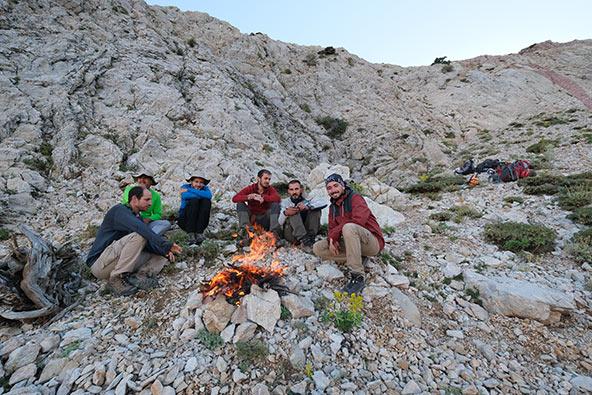 ממתינים בקור ההרים עד ליציאת אחרוני המערנים בסוף יום פעילות