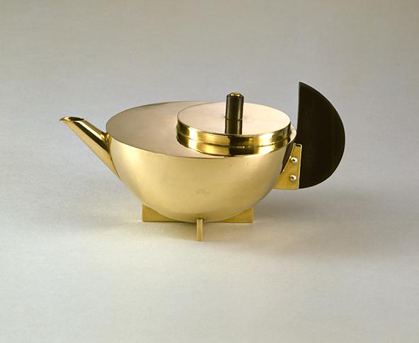 קנקן תה משנת 1924. בתערוכה מוצגים פריטים רבים, חלקם הגדול נחשפים לראשונה לציבור | Bauhaus-Archiv Berlin, Photo: Gunter Lepkowski © VG Bild-Kunst Bonn