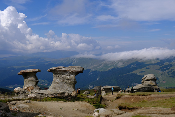 קבוצת הסלעים דמויי הפטריות שזכו לשם Babele, הזקנות או הסבתות