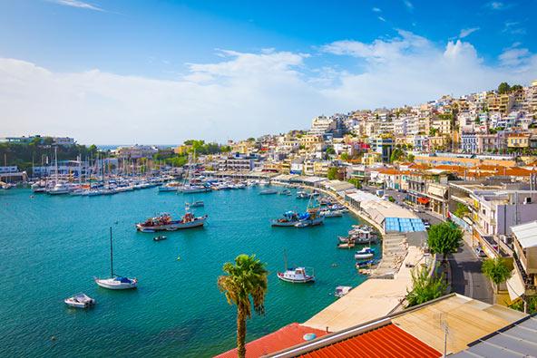עגינה בפיראוס, עיר נמל סמוכה לאתונה, מאפשרת ליהנות משתי הערים הנהדרות הללו
