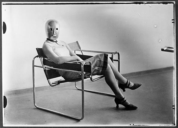 מי מכיר, מי יודע? צילום האישה במסכת תיאטרון על הכורסה המפורסמת של מרסל באייר | Sitzende Breuersessel