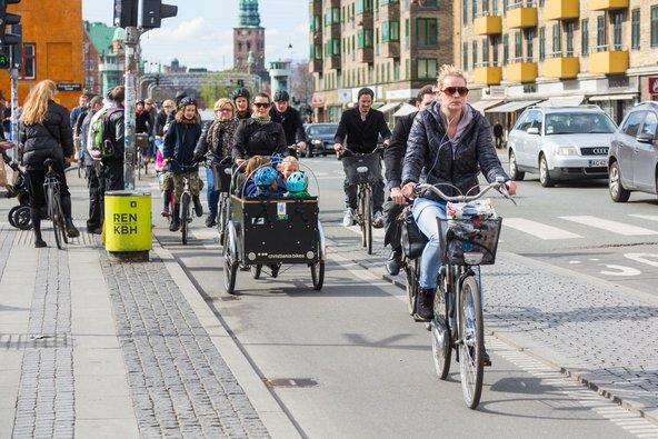 רוכבי אופניים בקופנהגן. ערים רבות, במיוחד באירופה, מרושתות בשבילי אופניים | צילום: William Perugini / Shutterstock.com