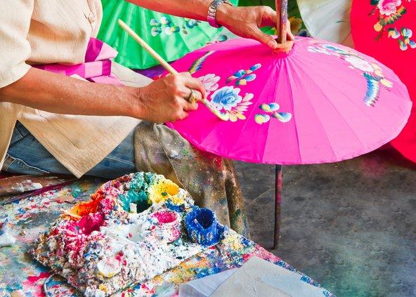 בכפר בו סאנג תוכלו לצפות בעבודות יד מסורתיות, כמו ציור על שמשיות נייר