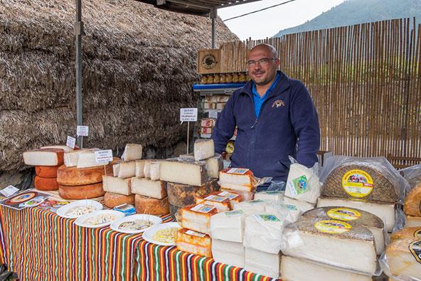 מוכר גבינות בטנריף. תושבי האיים הם תוצאה של עירוב גנים בין הכובשים האירופים והילידים | צילום: Salvador Aznar / Shutterstock.com