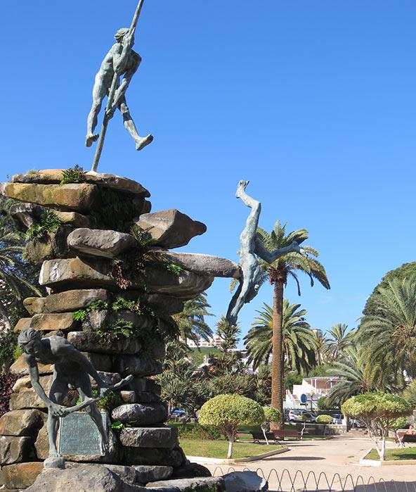 פסל בלאס פאלמס באי גראן קנריה, המראה את ההתלבטות הילידית – להילחם או להיכנע | צילום: ליאור עלמה וקסלר