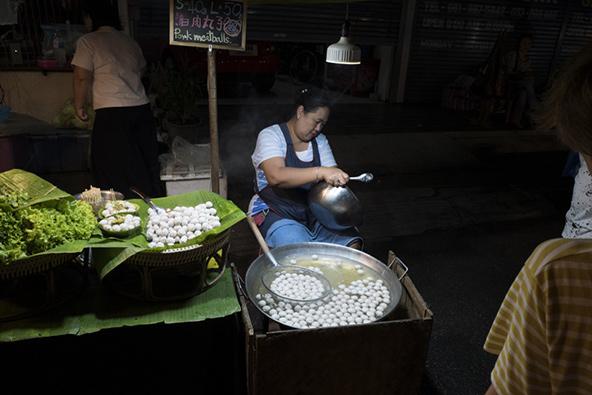 דוכן אוכל בשוק הלילה של צ'אנג מאי
