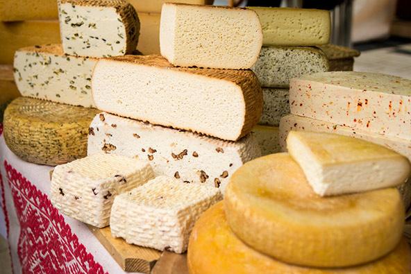 וכן גבינות בשוק רומני. אפשר לשבוע רק מהטעימות שמציעים המוכרים בשוק