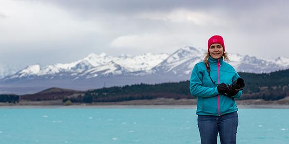 פעמיים טורקיז: אורית במעיל החדש על רקע אגם טיקאפו