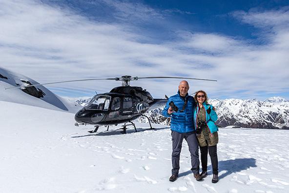 טיסה מעל מאונט קוק והקרחונים ונחיתה בשלג בפסגת מידלטון