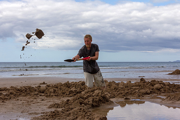 חופרים ונהנים מהמים החמים שמתחת לחול בהוט ווטר ביץ