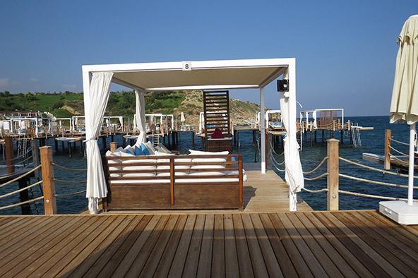 בתשלום נוסף אפשר לקבל ביתן פרטי מעל המים, עם אוכל ושתייה חופשיים
