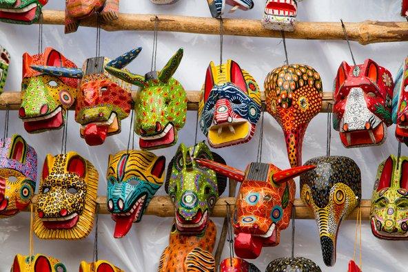 מסכות מאיה בשוק בגואטמלה. אם אתם עושים קניות, העדיפו לקנות עבודות יד בשוק מקומי