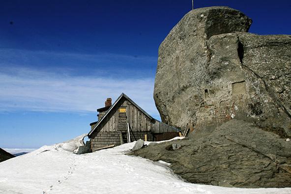 פסגת הר אומו. בקתה נעולה ותחנה מטאורולוגית