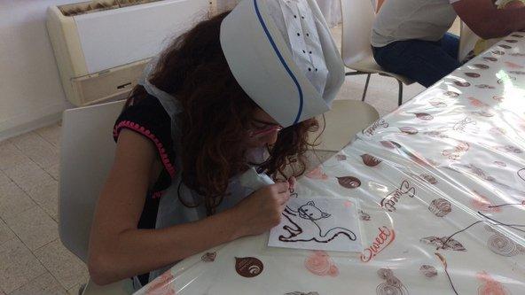 בסדנאות השוקולד של שולמן המבקרים הצעירים יכולים לצייר בשוקולד על שקפים | צילום: סימי שאואר
