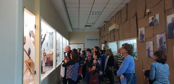 מבקרים מתרשמים מהיצירות במוזיאון השוקולד של שולמן