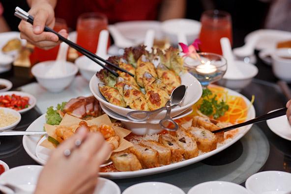 יציאה משותפת לארוחת ערב יש חלק חשוב בחיזוק קשרי עבודה
