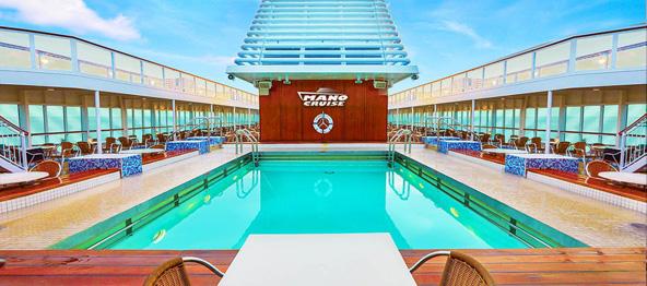 בריכת שחייה בקראון איריס. באנייה החדישה יש שתי בריכות, בריכת פעוטות ומגלשת מים