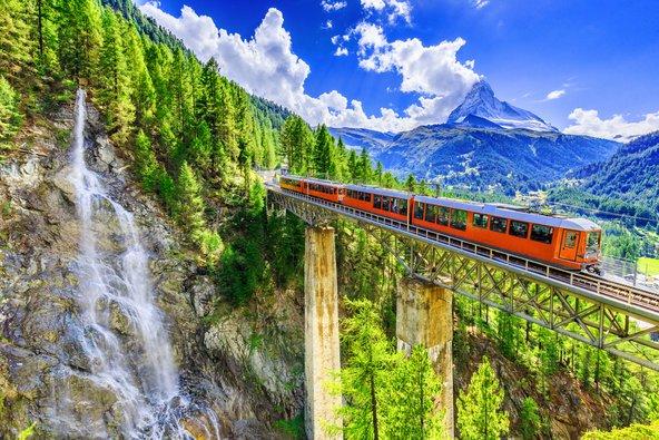 רכבת בשווייץ. נסיעה בתחבורה ציבורית יכולה להיות נוחה, מהנה ונופית יותר מנסיעה ברכב שכור