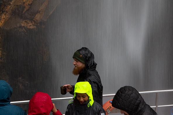 מילפורד סאונד. נופים קסומים ושתייה של מי מפל במהלך השייט