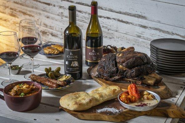 ארוחה בלה פמפה בשיתוף יקב כישור. בשרים עסיסיים, מרק בוקרים ויין משובח | צילום: אנטולי מיכאלו